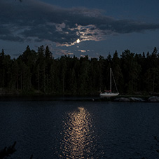 Merikarhu, Högskär, meri, yö, täysikuu, purjevene, ankkuroituminen